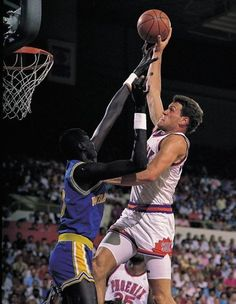Thunder Dan Majerle dunks on Manute Bol Basketball Pictures, Love And Basketball, Sports Basketball, Basketball Players, Indoor Basketball, Kentucky Basketball, Duke Basketball, Kentucky Wildcats, College Basketball