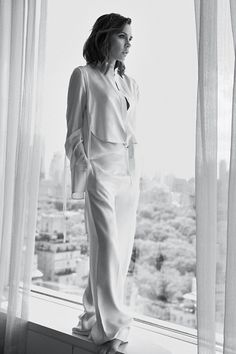Victoria Beckham Lounges In Lachlan Bailey Images For Vogue UK October 2016 — Anne of Carversville Vogue Uk, Victoria And David, Queen Victoria, Gossip Girl, Victoria Beckham Stil, Style Année 20, Victoria Fashion, Victoria Style, Silver Blonde
