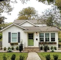 Beautiful And Affordable Small Cottage House Plan Ideas - Unique home designs incorporate some modern floor plans and contemporary house plans in addition to many others that wouldn't be found along a regular neighborhood street. Best Tiny House, Cute House, Small Cottage Designs, Small Cottage Homes, Tiny Homes, Casa Patio, Bungalow Homes, Bungalow Exterior, Bungalow Ideas