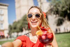 In de zomer houden we graag eens een barbecue en wat past daar beter bij dan zelfgemaakte sangria? Zet je in de zon, doe je ogen dicht en je waant je in Spanje. Olé! Sangria is op en top zomers. Het is niet alleen lekker, maar ook supermakkelijk om zelf te maken en dan is … Apple Cider Vinger, Cocktail Drinks, Cocktails, Mixed Drinks, Paella, Barbecue, Tapas, Smoothies, Good Food