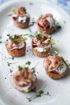 Brug tid på at lave en lækker forret, der gør underværker i dit middagsselskab. Her får du inspiration til 10 lækre forretter med kød, fisk og grøntsager.
