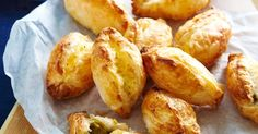 pastizzi Keep these cheesy pastries from Malta in the freezer for easy entertaining.Keep these cheesy pastries from Malta in the freezer for easy entertaining. Vegetarian Recipes, Cooking Recipes, Pastry Recipes, Meat Recipes, Chicken Recipes, Dinner Recipes, Frozen Puff Pastry, Tacos, Sausage Rolls