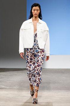 Pin for Later: Das sind die 40 besten Looks der New York Fashion Week – weil man sie ganz einfach nach stylen kann! Eine Boyfriend-Jacke über einem femininen Kleid Thakoon Frühjahr/Sommer 2016