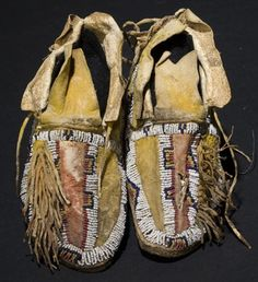 Moccasins are perhaps one of the few dance clothes components wore by dancers, that still retain a great deal of tribal identity in the cut and decoration Native American Moccasins, Native American Clothing, Native American Crafts, Native American Artifacts, Native American Beadwork, Native American Indians, Native Americans, American Apparel, Old Boots