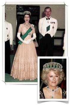 A rainha, com o príncipe Phillip, usando a tiara com gotas vladimir esmeralda - 21