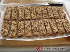 This is a delicious alternative to the bought cereal bars from the supermarket. This homemade bars recipe is packed with the goodness of seeds and. Healthy Bars, Healthy Treats, Healthy Eating, Greek Desserts, Easy Desserts, Sweets Recipes, Cookie Recipes, Toffee Bars, Homemade Granola Bars