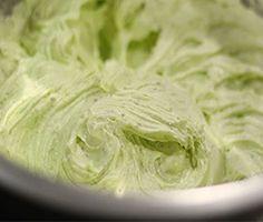 Découvrez la recette facile de ganache pistache pour garnir vos macarons et gâteau. Une texture onctueuse avec un goût de pistache qui ravira les papilles.