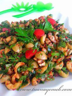 Malzemeler: - 250 gr yeşil zeytin - 5 dal yeşil soğan - Yarım demet maydanoz - 2 adet domates - 100 gr ceviz - 1 tat...