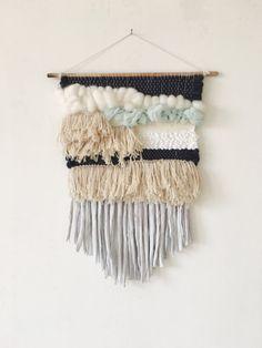 Tissage Mural Moyen. Dimensions 30x60 cm avec franges. Il se compose de laine, laine mèche, soie, coton et lin. Je travaille sur une base de