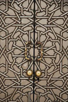 Abriendo Puertas y Ventanas Mosquée Hassan II - Casablanca (by WafaaElyazid) Knobs And Knockers, Door Knobs, Door Handles, Brass Handles, Art Deco, Art Nouveau, Arabesque, Flur Design, Door Detail