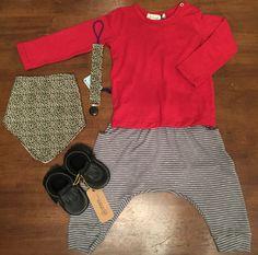 Polo: Red Carrot // Pantalón: Red Carrot // Babero: Red Carrot // Portachupón: Red Carrot // Zapatos: Minimox