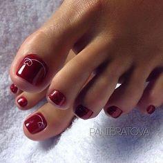 Péscom unhas esmaltadas em tons avermelhados e tintos. Luxo!!