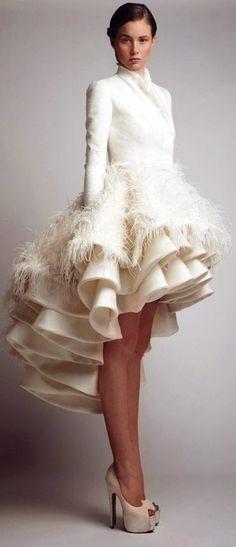 O jeito que os franzidos e penas criam o babado perfeito. | 51 detalhes lindos de vestidos de casamento civil que farão você desmaiar