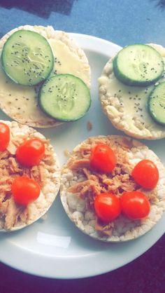 Rijstwafels smeerkaas komkommer tonijn cherrytomaatjes