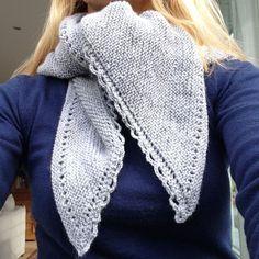 Voici le châle le plus simple à tricoté: Mon châle des alpages est sans aucun doute l'ouvrage le plus indiqué pour les débutantes en tricot! Il est simple, fin et raffiné avec sa petite bordure en crochet.