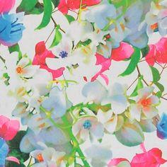 Sateng natur med rosa og blå blomster