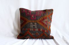 So much earthiness in one pillow. #love #wool #touchme #pillow #texture #kilim #homedecor #loveyourhome #shopwoolly