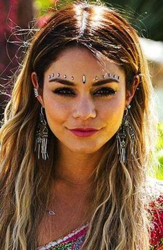 Beauty look da Festival - Strass bindi stile indiano come Vanessa Hudgens