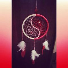Filtro dos sonhos yin yang vermelho e branco.