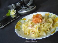 Fettuccine cu somon afumat  http://inbucatarielajanet.blogspot.ro/2013/11/fettuccine-cu-somon-afumat.html