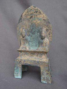 """博兴龙华寺佛像鉴赏 王上造多宝像 北魏太和二年(478年) 释迦多宝并坐像。通高14.8、宽7.9厘米。 右边坐佛高4.2厘米,高肉髻,面清癯。着圆领通肩袈裟,衣纹自双肩呈""""U""""字形平行下垂,转角圆润。双手置于腹前,结跏趺坐于束腰须弥座上。身后有椭圆形头光及莲瓣状身光,其内饰对称密集的火焰纹。左边坐佛与之相同。 两像后共铸莲瓣状光背,上部阴线刻中国传统楼阁式建筑。光背后浅浮雕一佛二菩萨,均呈坐姿。两坐佛共坐的束腰须弥座下为四足方座,正面上部刻陶索纹。座上刻铭文:""""太和二年,新台县人刘法之妻王上为亡父母造多宝佛一躯,佑愿口家大小常与善会,所愿从心。"""""""