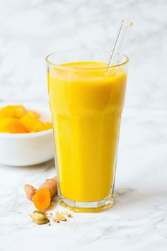 This mango and turmeric smoothie is a very tasty way to fend off colds during dreadful winter days. It is anti inflammatory and provides antioxidants. Smoothie Drinks, Fruit Smoothies, Healthy Smoothies, Healthy Drinks, Smoothie Recipes, Detox Smoothies, Nutribullet Recipes, Healthy Breakfasts, Smoothie Bowl