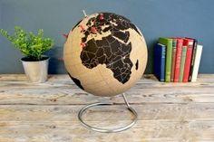 Cork Globe.  Prik de rode punaises in de plekken waar je heen bent geweest of de plekken die je nog op je bucketlist hebt staan. #wereldbol #globe #wereldkaart #reiscadeau #cadeau #reizen #wereldreis