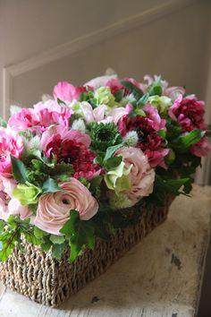En base rústica, rosas claras y más obscuras. Muy bonito como centró de mesa.