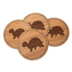 4er Set Untersetzer Rundwelle Schildkröte Seitlich aus Bambus  Natur - Das Original von Mr. & Mrs. Panda.  Diese runden Untersetzer als 4er Set mit einer wunderschönen Wellenform sind ein besonderes Highlight auf jedem Esstisch. Jeder Gläser Untersetzer wurde mit viel Liebe handgefertigt und alle unsere Motive sind mit besonders viel Hingabe von unserer Designerin gestaltet worden. Im Set sind jeweils 4 Untersetzer enthalten.    Über unser Motiv Schildkröte Seitlich  ##MOTIVES_DESCRIPTION##…