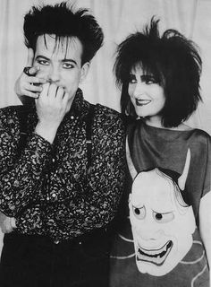 Robert Smith and Siouxsie Sioux Un poco de gótico que hace tiempo que no escucho, Siouxsie and the Banshees - Face to Face http://si1.es/mby43 #nowplaying