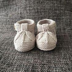 Sandalias de bebé tipo patucos a dos agujas   Manualidades Knitted Baby Boots, Crochet Baby Sandals, Knit Baby Booties, Crochet Baby Shoes, Baby Booties Knitting Pattern, Baby Boy Knitting Patterns, Knitting For Kids, Baby Patterns, Baby Sweaters