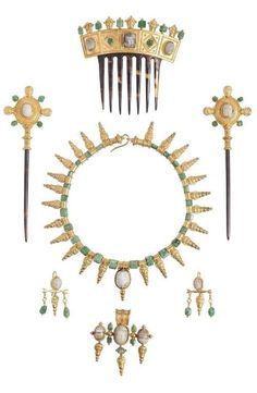 Castellani - An Archaeological Revival gold, emerald, agate, onyx and tortoiseshell parure, Italian, 1860-62. Comprising a necklace, two hair pins, a comb, a pair of earrings and a brooch. #Castellani #antique #ArchaeologicalRevival