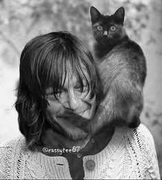 he is so sweet 😍❤ So beautiful Man😍and sweet Cat😍 Daryl Dixon Walking Dead, Walking Dead Funny, Dead Man Walking, Darryl Dixon, Celebrities With Cats, Men With Cats, Falling In Love With Him, Stuff And Thangs, Hot Actors