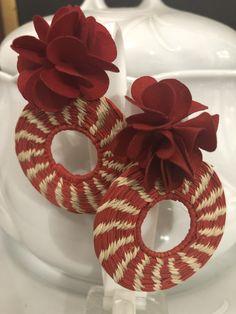 Aretes de iraca Jewelry Design Earrings, Paper Jewelry, Bead Art, Boho Chic, Beads, Inspiration, Fabric Earrings, Diy Kid Jewelry, Vestidos