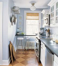 Cozinhas de apartamentos são verdadeiros testes de criatividade. A falta de espaço exige que todo cantinho seja pensado para que nada se desperdice.  Paredes, janelas e móveis modulares são ótimas opções para esses casos.