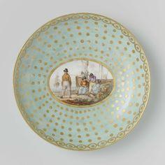 Manufactuur Oud-Loosdrecht   Tea service for two people (tête-à-tête), Manufactuur Oud-Loosdrecht, c. 1782 - c. 1784   Schotel van porselein. De schotel is versierd met een goud gestipte groene fond, die aan de rand is afgesloten met een kettingmotief in goud met gouden stippen. In deze fond is een ovaal uitgespaard met Hollandse vissers bij hun boot.