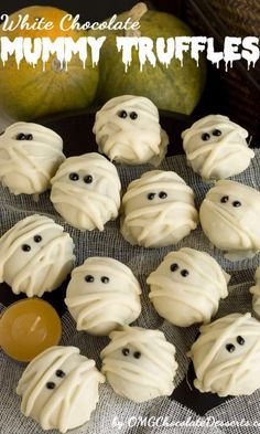 White Chocolate Mummy Truffles are a fun and festive Halloween treat. Delicious cookie truffles coated with white chocolate and made with coca-cola. Halloween Desserts, Halloween Goodies, Halloween Treats, Halloween Party, Spooky Treats, Halloween Recipe, Easy Halloween, White Chocolate Covered Oreos, Chocolate Truffles