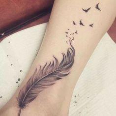 Idee tattoo belle plume avec oiseau qui s envole sur cheville et jambe - Tatouage femme
