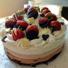 Keskikesän rakkauskakku, kolmikerros suklaa juustokakku jossa päällä suklaaseen dipattuja mansikoita. Ihanaa