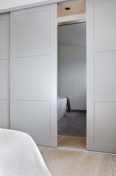 Beautiful minimal, subtle sliding doors. [Lur garderobeløsning]