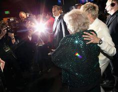 Pin for Later: The Best People's Choice Awards Moments You Didn't See on TV  Ellen DeGeneres and Betty White were surrounded by flashbulbs.