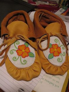Beaded Moccasins - CLOTHING - Haven't posted in a loooong time but thought I'd share these! The butterfly moccasins were my first pair for my niece, the flower ones Moccasins Outfit, Baby Moccasins, Native Beadwork, Native American Beadwork, Loom Beading, Beading Patterns, Beaded Moccasins, Leather Moccasins, Native American Moccasins