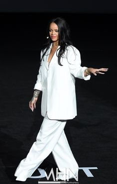 at the artistry talk in Seoul, Korea today. Rihanna Looks, Rihanna Style, I Love Fashion, Diy Fashion, Fashion Outfits, Business Chic, Business Women, Bad Gal, Rihanna Fenty