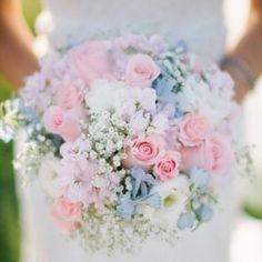 Bom diaa! Lindo buquê com a mistura do rosa quartzo e azul serenity(as cores do ano,eleita pela Pantone).