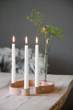 Lysestaken fra danske By Wirth er fremstilt i lær som med tiden vil oppnå en naturlig, fin patina. Det medfølger også et reagensglass hvis man ønsker å kombinere stearinlys med en blomst i reagensglasset. Størrelse: H3,5 x L63 cm.