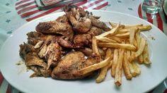 Alas de pollo al horno con papas fritas caseras