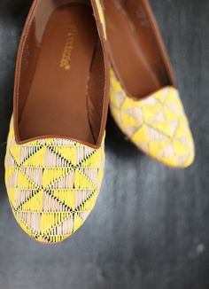 Love the contrasting color of these flats<3