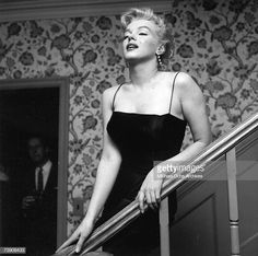 In Marilyn Monroe, now a full-blown movie star. Marilyn posed for photographer Earl Leaf again, this time during a party at her own home in Los Angeles. Marilyn Monroe Wallpaper, Marilyn Monroe Fotos, Marilyn Monroe Life, The Most Beautiful Girl, Beautiful Gowns, Hollywood Heroines, Norma Jeane, Japanese Models, Classic Beauty