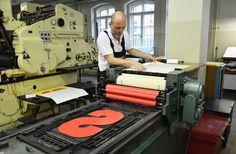 Druck eines 50 cm hohen Holzbuchstaben für ein Plakatprojekt #letterpress # Buchdruck /// Foto: Museum für Druckkunst Leipzig