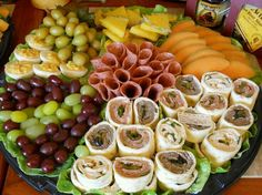 It's time to have a party ! Lots of ideas on how to arrange different food platters .my kinda finger food :p Party Trays, Snacks Für Party, Appetizers For Party, Appetizer Recipes, Party Drinks, Drink Recipes, Food To Go, Food And Drink, Tapas